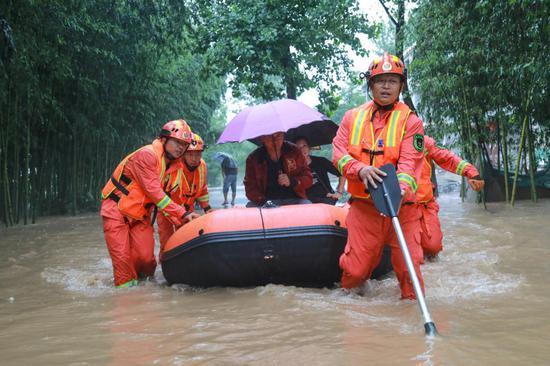 张家界 37 栋房屋被淹,消防紧急出动,将 45 名被困村民全部转移至安全地带