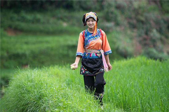 这是在湘西十八洞村拍摄的返乡创业大学生施林娇(7月3日摄)。新华社记者 陈思汗 摄