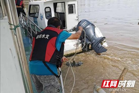 水文部门工作人员每日实时测量水文数据,为科学防汛提供数据支撑。
