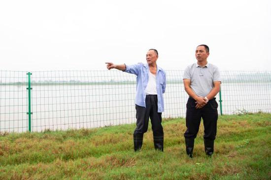 抗洪防汛第一天,他见到了父亲的身影:常德安乡父子俩合力抗洪保大堤
