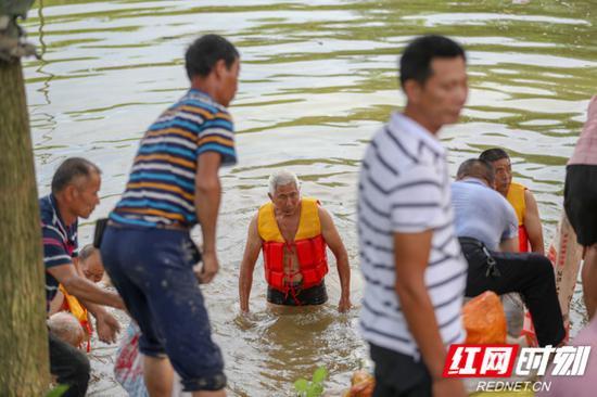 各级党员干部和群众奋战抗洪抢险第一线。