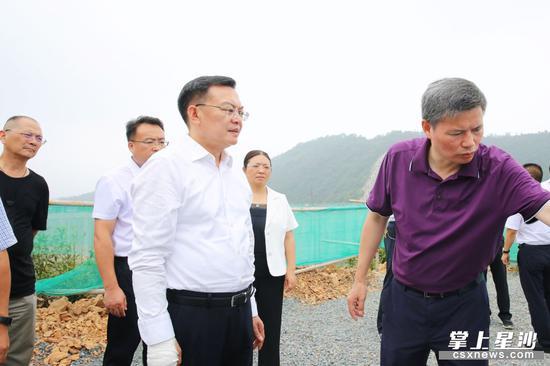 沈裕谋在金井镇观佳村白石洞水库调研防汛工作和重大项目建设情况。 曾诗怡 摄