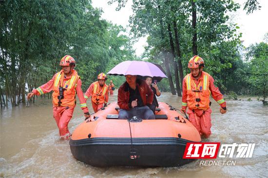▲ 7月8日,张家界永定区禾家村45名村民被洪水围困,多方力量紧急救援。