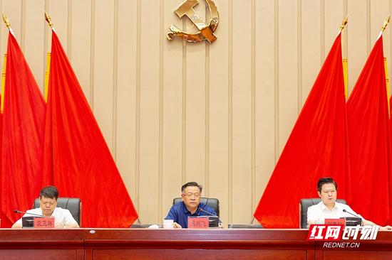 郴州市委书记易鹏飞,市委副书记、市长刘志仁出席会议。