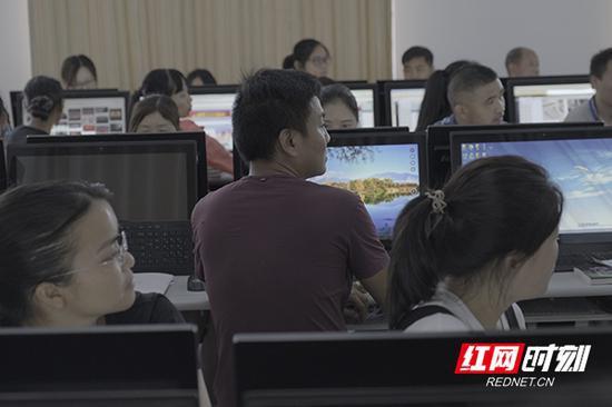 白先钊在常德市石门县的专业技术学校进行电商培训。