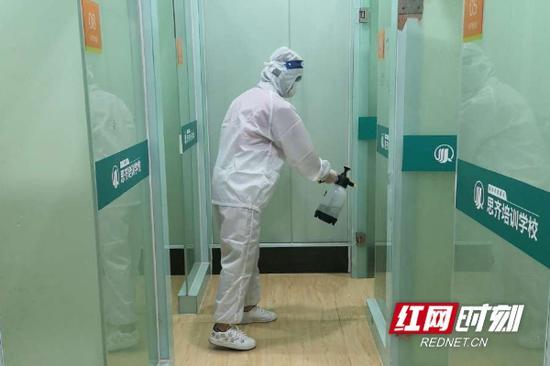 线下复课之前,各培训机构人员对校区进行按时消毒。