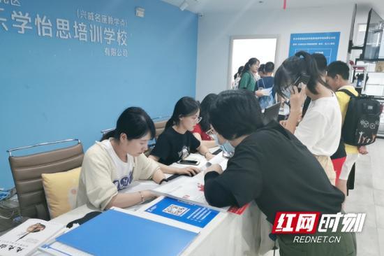 机构大厅人来人往,不断有家长学生前来咨询。