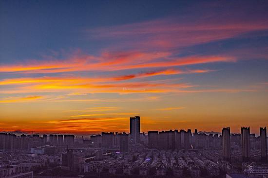 8月2日清晨,长沙天空现线条云,美丽如织锦。图/吴非