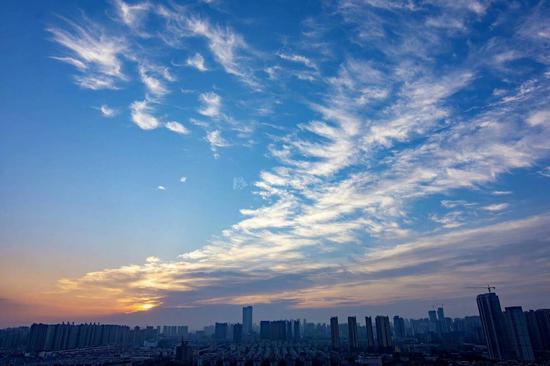 """7月29日晨曦,又是一个""""桑拿""""天。图/吴非"""