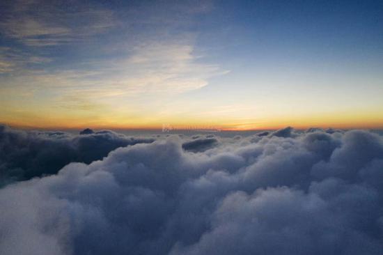 """8月3日清晨,海拔1600米的大围山,无人机冲破云层""""看见""""太阳。图/阿信"""