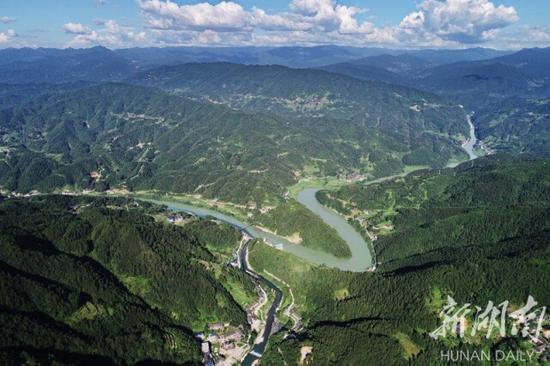 (8月1日,溆水流经的穿岩山森林公园。这里位于溆浦县腹地,近年来逐步建起了多个旅游文化景区。湖南日报·新湖南客户端记者 童迪 摄)