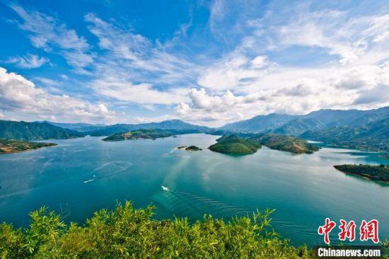 水天一色东江湖。 肖志忠 摄