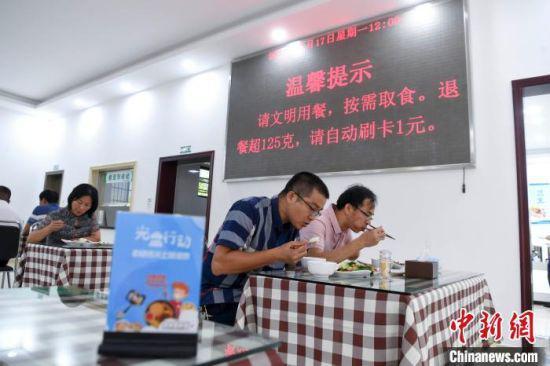 餐厅内放有各种文明就餐的提示牌。 杨华峰 摄