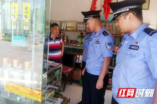 民警对烟花鞭炮销售网点进行摸排清查。