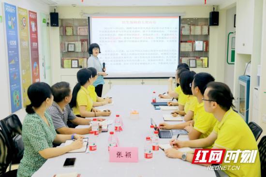 省民政厅儿童福利处党支部书记张颖讲党课《新时代中国特色社会主义民生保障》
