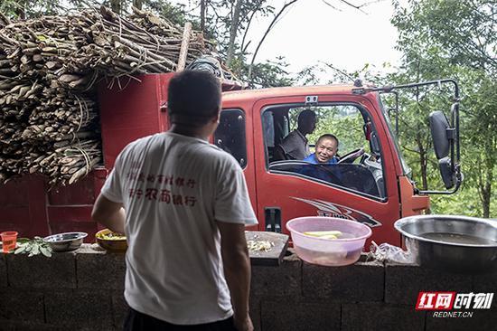 每年7-9月,是熬制山胡椒油的黄金季节,每到这个时候,将爱文家里会需要大量的山胡椒果子和熬制果子的木材。以往,蒋爱文会从村里的贫困户手上采购,这样可以给他们增加收入。