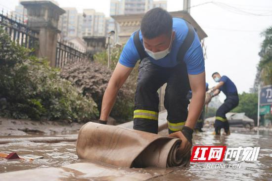 昼夜排涝,帮助居民恢复正常生活。