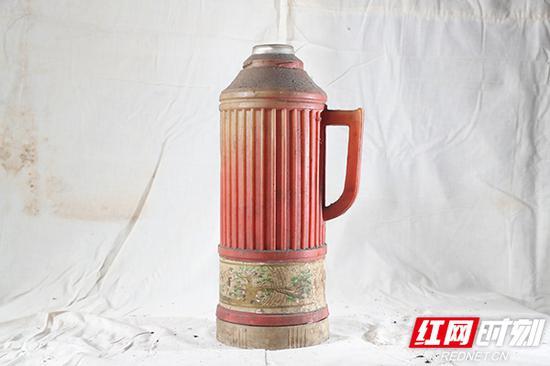 老式热水壶。
