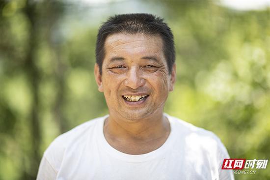 """蒋爱文,家里三代都从事山胡椒油制作,在当地小有名气。同时,他也是石云村的村支部书记""""秘书"""",前几年因病致贫。在与疾病正面较量的同时,他不忘带着周围的群众一起,致富奔小康。"""