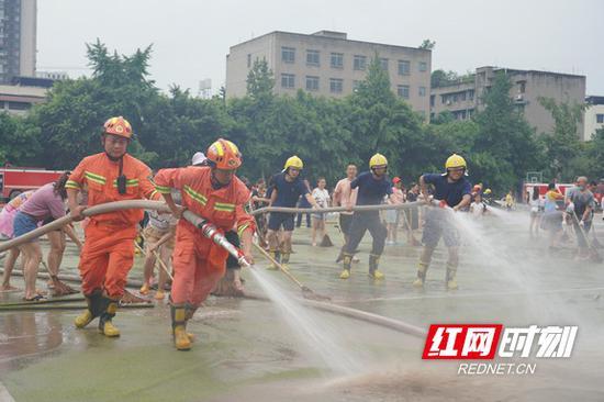 经过21小时持续作战,于8月21日19时,将乐山实验中学淤泥全部清理完毕。