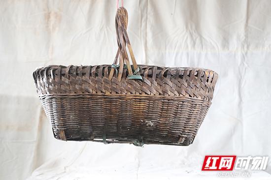 竹篮,用来在野外采摘猪草或蔬菜的装备。