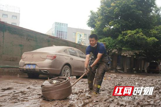 抵达乐山后,湖南消防抗洪抢险救援队马不停蹄清淤。