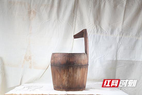 木桶,用来运水或盛水的容器,也用作马桶。