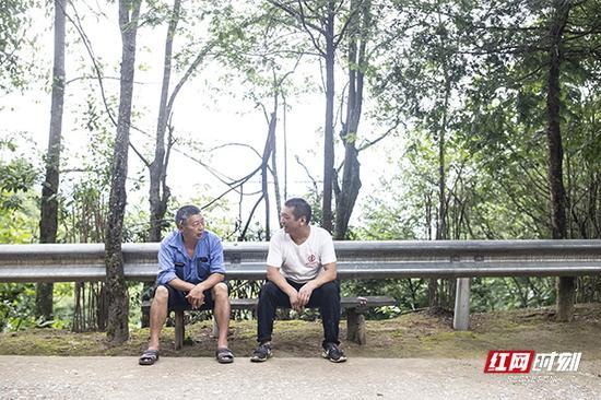 解决完锅炉漏气的问题,村里的同事带着熬制山胡椒油的问题前来请教,蒋爱文留下同事吃饭,并一起商量解决办法。