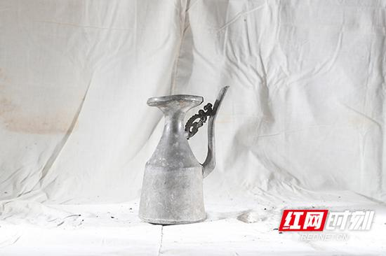 锡壶,导热快,用来盛米酒,冬天放在热水里或灶前烫几分钟,壶里的酒很快变温热。