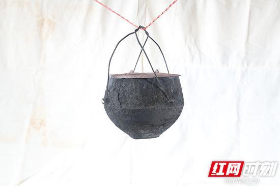 铁鼎锅,旧时用来煮饭用的容器。