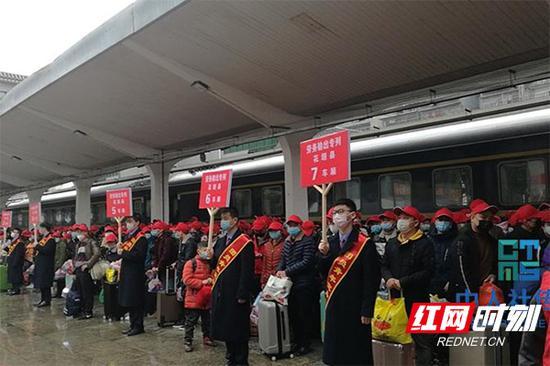 """3月2日,""""十八洞号""""在吉首火车站正式发车,621名花垣籍劳动力将直达浙江省金华市、永康市企业务工。"""