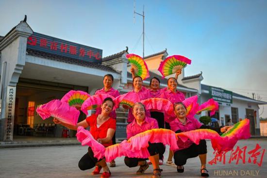 8月24日,武冈市湾头桥镇世富村,村民在跳广场舞。湖南日报·新湖南客户端记者 唐俊 摄
