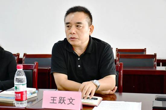 省作协主席王跃文主持召开座谈会。
