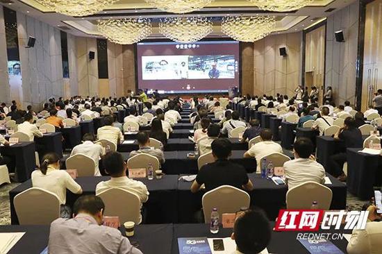 """湖南""""5G+工业互联网""""现场推介会议利用5G技术与各企业现场连线。"""