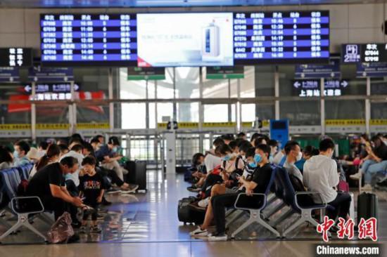 资料图:旅客在铁路上海站等待验票上车。 殷立勤 摄