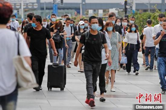 资料图:旅客乘坐列车抵达铁路上海站。 殷立勤 摄