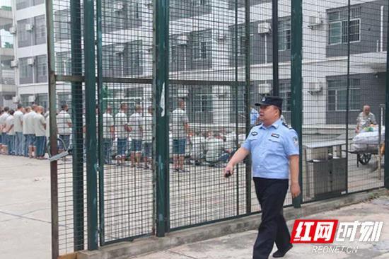 樊荣在监内巡查。