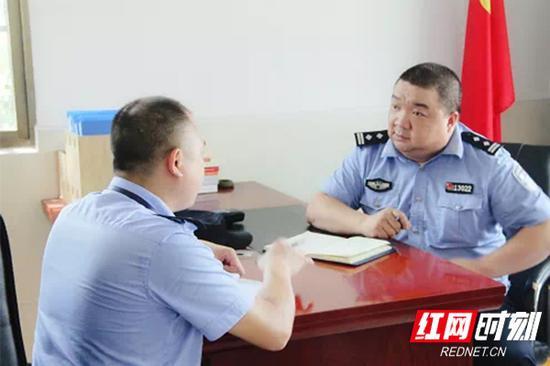 樊荣(右)与监区警察交流谈心。