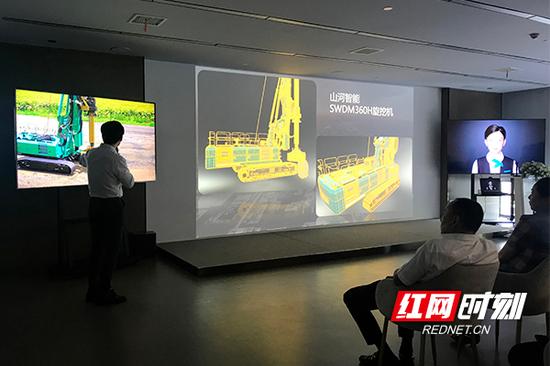 先进制造业5G云VR公共服务平台实验室展示山河智能成果案例。