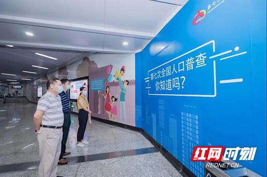 近日,长沙市统计局联合天闻地铁传媒开展了地铁换乘站品牌通道与主题专列的矩阵宣传。