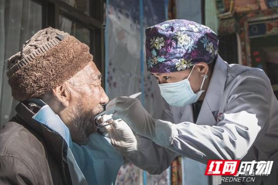 △李毅萍为十八军老共产党员87岁的索朗措平免费进行BPS全口义齿修复。