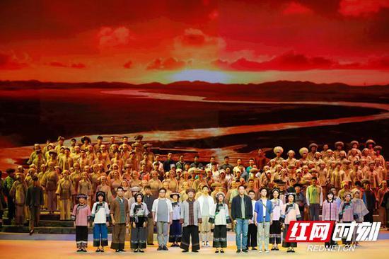 9月7日晚,以全面反映湖南精准扶贫历程为题材的大型史诗歌舞剧《大地颂歌》在长沙梅溪湖大剧院举行首次彩排。
