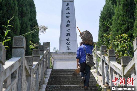 """在刘金国的提议下,春华镇人民政府对""""中央阵亡将士墓""""进行了修复,在原址建造了抗战纪念园。 杨华峰 摄"""
