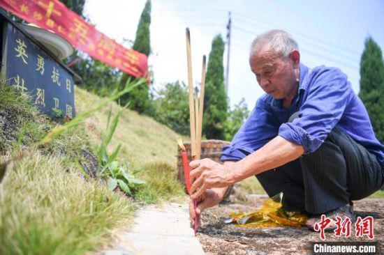 """刘金国来到""""中央阵亡将士""""墓碑前上香祭拜。 杨华峰 摄"""