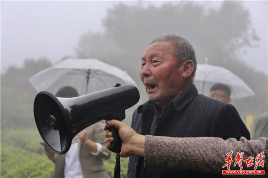 年过八旬的龚寿松放开歌喉唱起了采茶歌