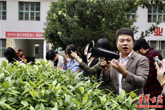 龚意成(右一)介绍八角茶业的情况 刘正良 摄