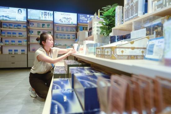 9 月 21 日,湖南高桥大市场国际商品展示贸易中心,工作人员给货架上新。图 / 记者吴琳红