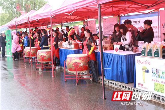 活动现场庆祝丰收节的农民朋友。