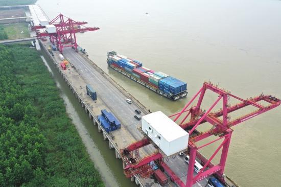 城陵矶新港区,一艘货船正驶出码头。