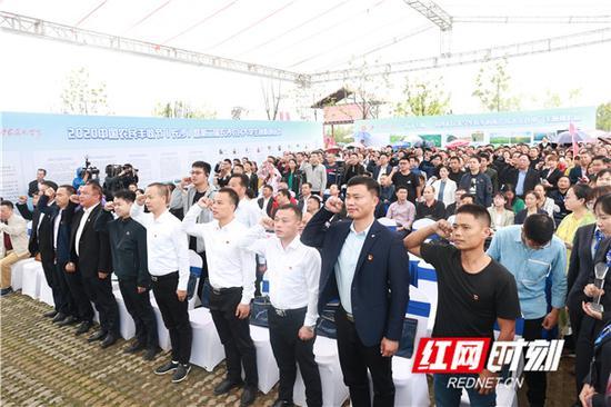 """农民大学生代表现场宣誓,""""服务三农,振兴乡村""""。"""